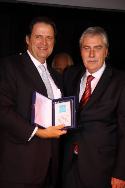 Sr. Alfredo Romero  PRESIDENTE DE ALACOPP  Entregando placa conmemorativa al  Lic Pablo Moreno Valenzuela PRESIDENTE SALIENTE DE ALACOPP