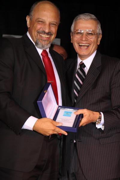 Sr. Jorge López  PRESIDENTE DE CEDOL Entregando placa conmemorativa al  Lic. Ricardo Cruz VICEPRESIDENTE 1° de AECA